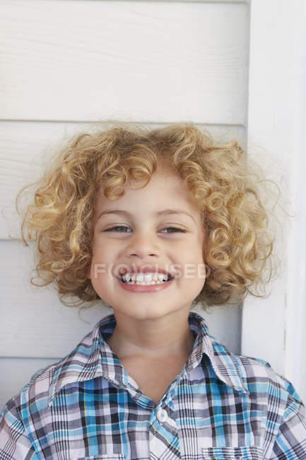 Портрет мальчика, смотрящего в камеру улыбающегося — стоковое фото