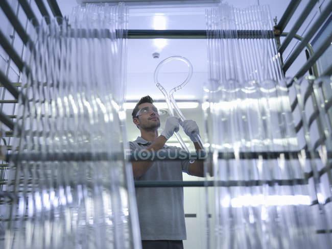 Lavoratore che esegue il controllo di qualità in fabbrica di vetro — Foto stock