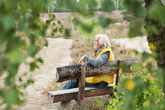 Homem idoso sentado no banco — Fotografia de Stock