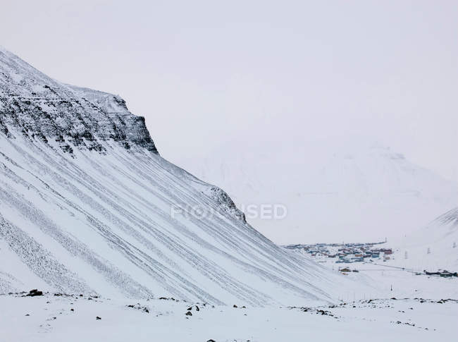 Vue panoramique du sommet enneigé de la montagne — Photo de stock