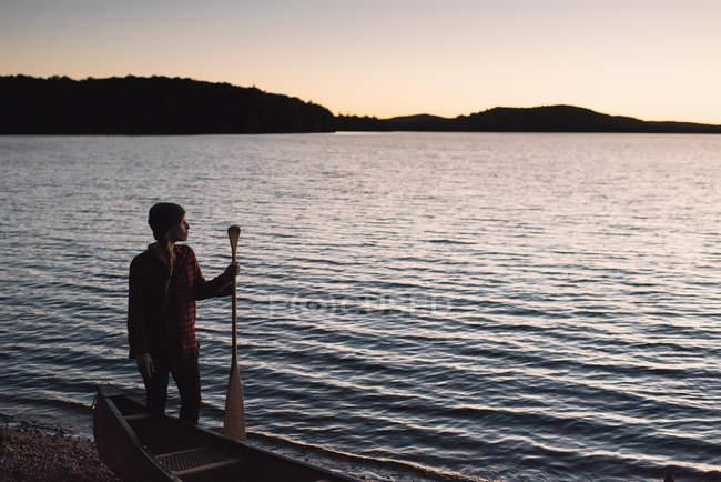 Metà donna adulta in piedi sul bordo delle acque, guardando attraverso il lago — Foto stock
