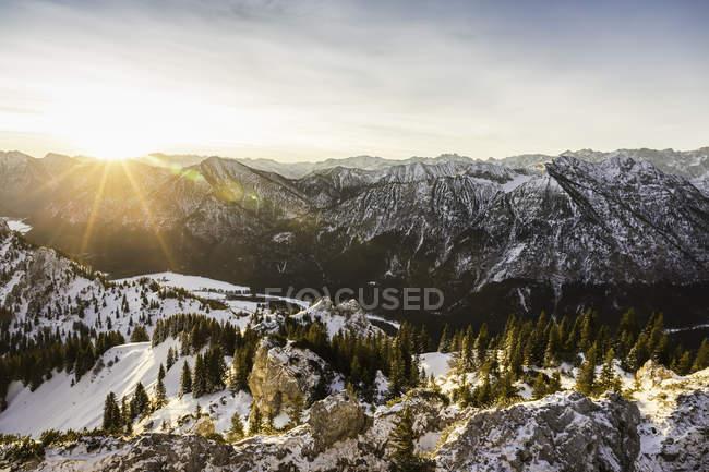 Paysage de montagne couverte de neige au lever du soleil, Teufelstattkopf montagne, Oberammergau, Bavière, Allemagne — Photo de stock