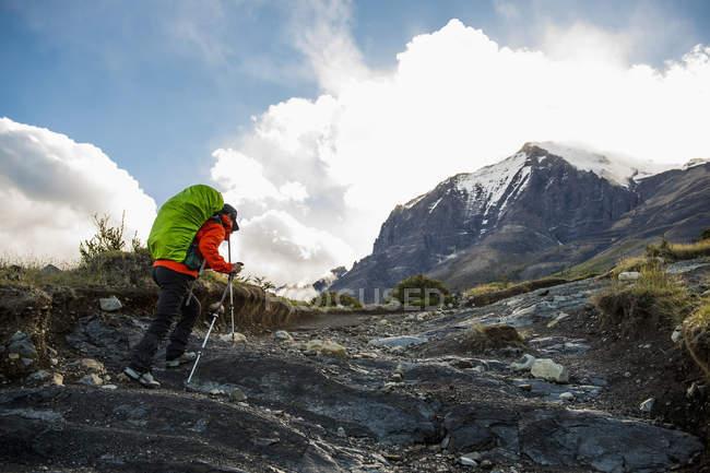 Weibliche Wanderer auf dem Weg bis zum Nationalpark Torres del Paine, Patagonien, Chile — Stockfoto