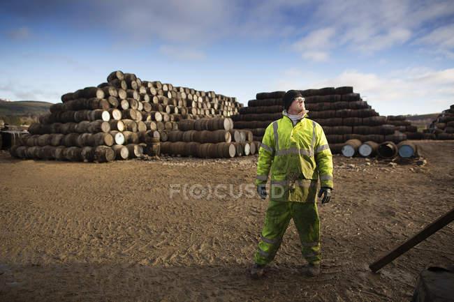 Молодой человек работает в кооперативе — стоковое фото