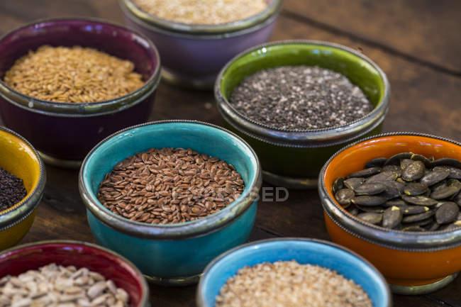 Schalen mit Sonnenblumen, Sesam, Kürbis, Leinsamen, Chia, Leinsamen und Nigella — Stockfoto