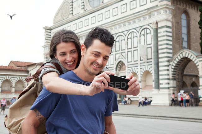 Молоді пара зовнішнім Санта Марія Новела, Флоренції, Тоскана, Італія — стокове фото