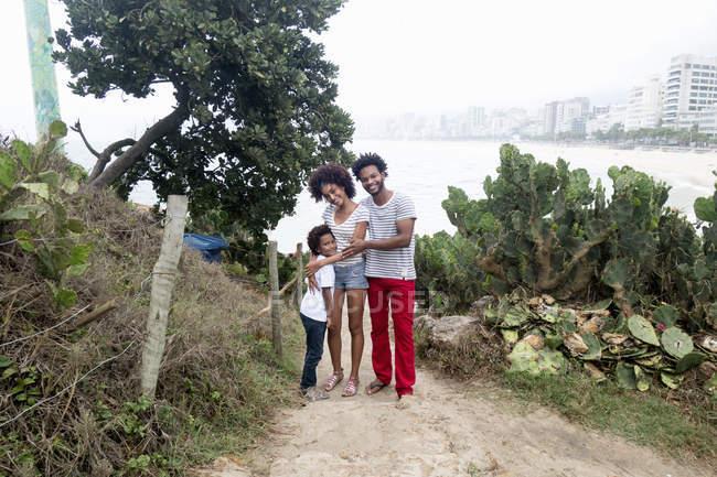 Retrato de casal e filho na praia de Ipanema, Rio de Janeiro, Brasil — Fotografia de Stock