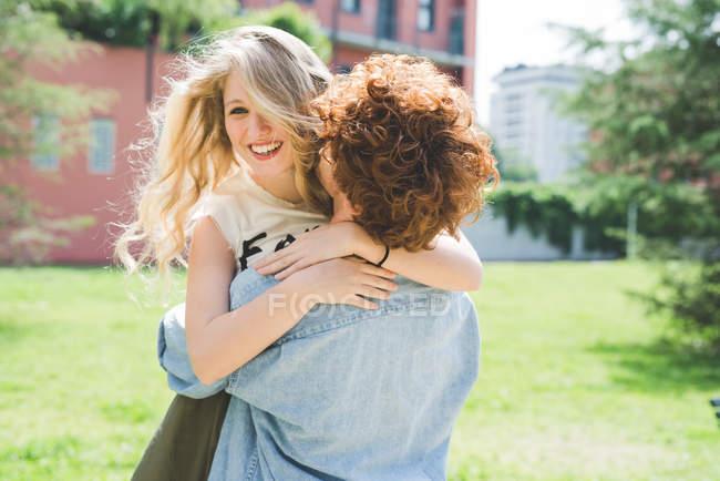 Felice coppia abbracci nel parco insieme — Foto stock