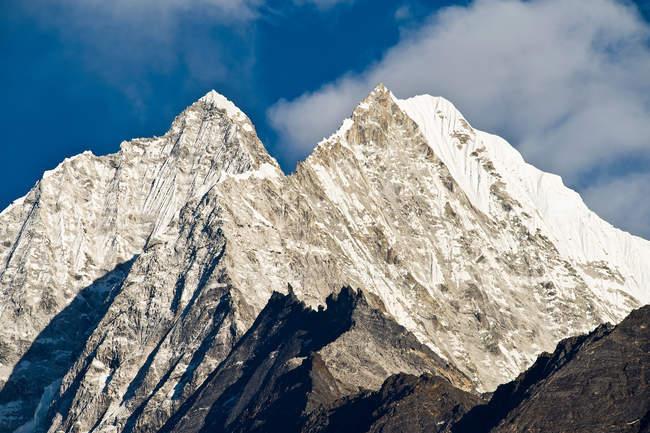 Снежные вершины гор и облака — стоковое фото