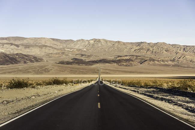 Paysage avec une route droite dans le Parc National de Death Valley, Californie, é.-u. — Photo de stock
