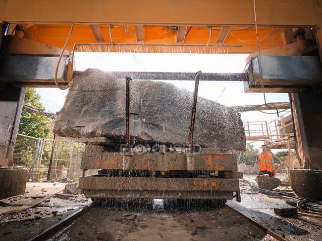Grande rocha a ser cortada em pedra serra em pedreira — Fotografia de Stock