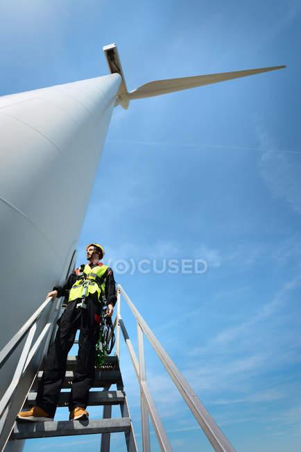 Работник технического обслуживания, стоящий на современной ветряной турбине, Биддингхёйзен, Флеволанд, Нидерланды — стоковое фото