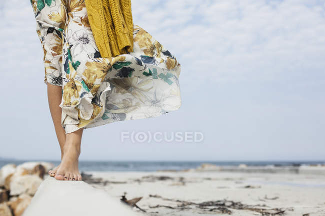 Junge Frauenbeine, die entlang eines Betonblocks am Strand gehen, Kapstadt, Westkap, Südafrika — Stockfoto
