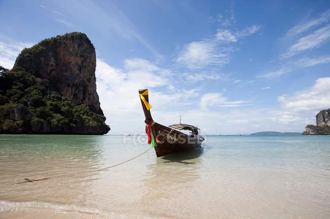 Barca ormeggiata in spiaggia — Foto stock