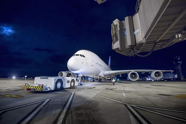 Главный инженер на взлетно-посадочной полосе A380 ночью — стоковое фото