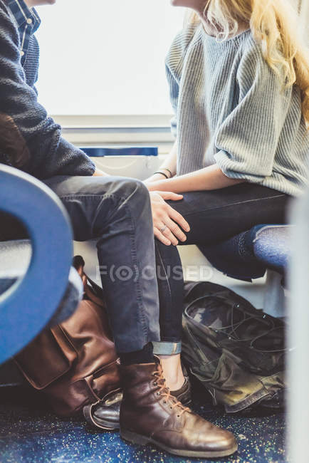 Neck down view of romantic young couple travelling in train carriage, Itália — Fotografia de Stock