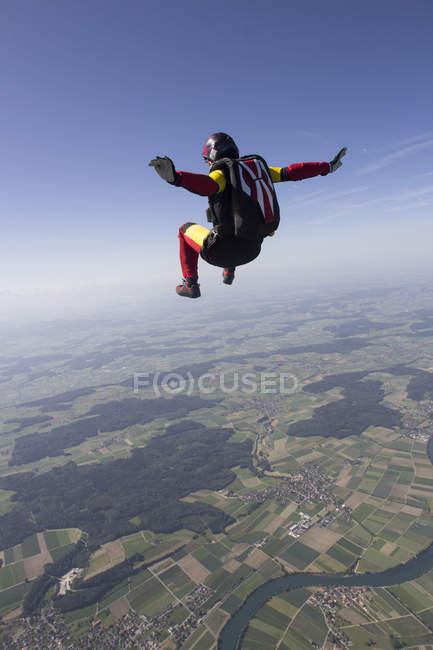 Mulher pára-quedista livre caindo sobre Grenchen, Berna, Suíça — Fotografia de Stock