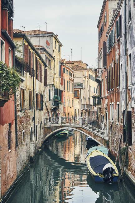 Vue du pont sur le canal étroit, Venise, Italie — Photo de stock