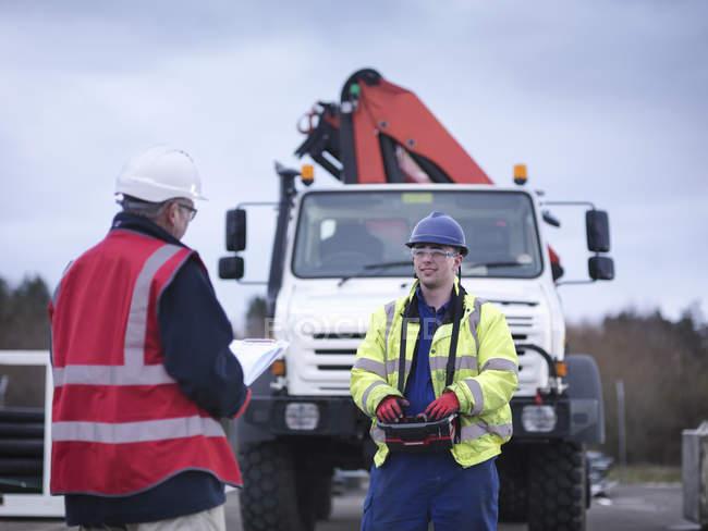 Сотрудники аварийно-спасательной группы тренируются с помощью грузового крана — стоковое фото