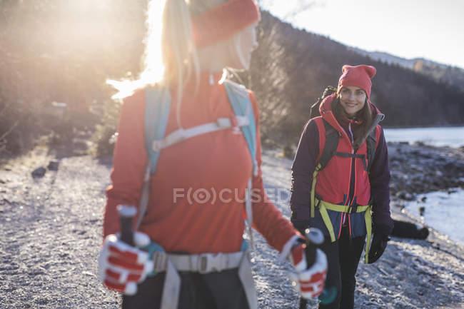 Deux femelles Randonneurs randonnée lac dans les Alpes bavaroises — Photo de stock