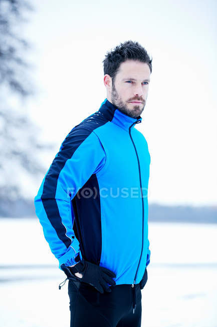 Side view of man in snow field — Stock Photo