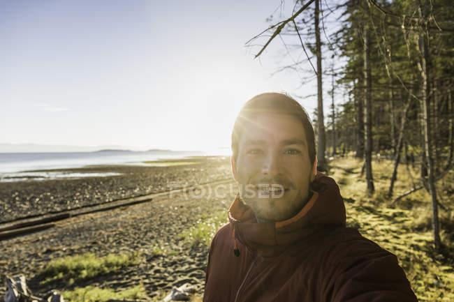 Ritratto di uomo al Rathrevor Beach Provincial Park, Isola di Vancouver, Columbia Britannica, Canada — Foto stock
