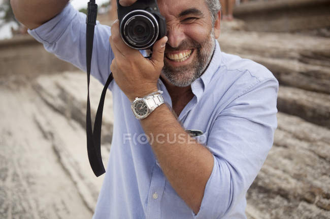 Portrait of male photographer using digital SLR camera, Ipanema beach, Rio De Janeiro, Brazil — Stock Photo