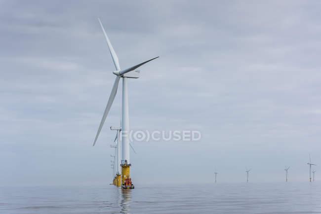 Vista del parco eolico offshore dalla barca di servizio in mare — Foto stock
