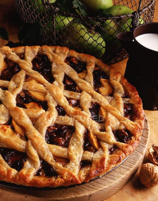 Mela e noce torta della grata sul bordo di legno — Foto stock