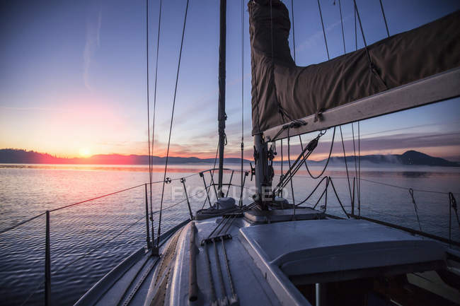 Палуба човен на захід сонця з гори на горизонті — стокове фото