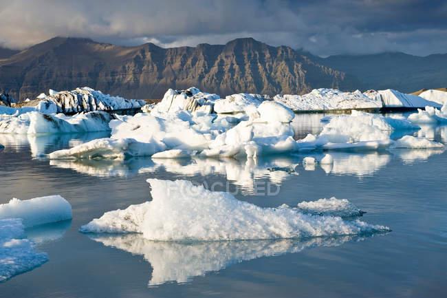 Malerische Aussicht von Eisbergen im Gletscherwasser schweben — Stockfoto
