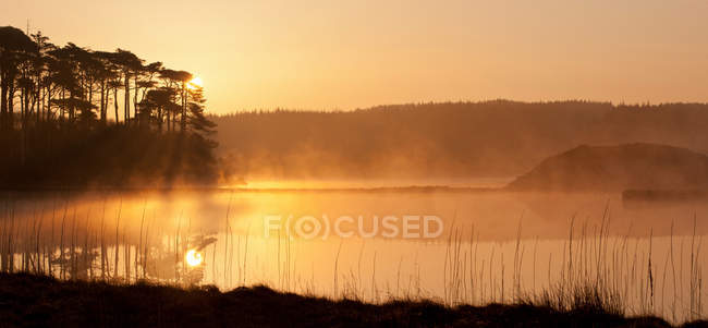 Montagnes reflétées dans le lac calme — Photo de stock
