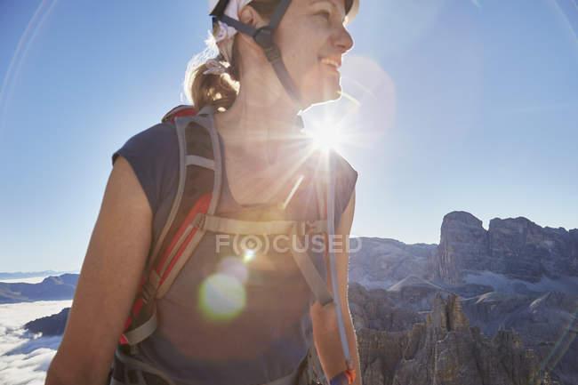 Жіночий мандрівного походи в сонячної Доломітових Альп, Sexten, Південний Тіроль, Італія — стокове фото