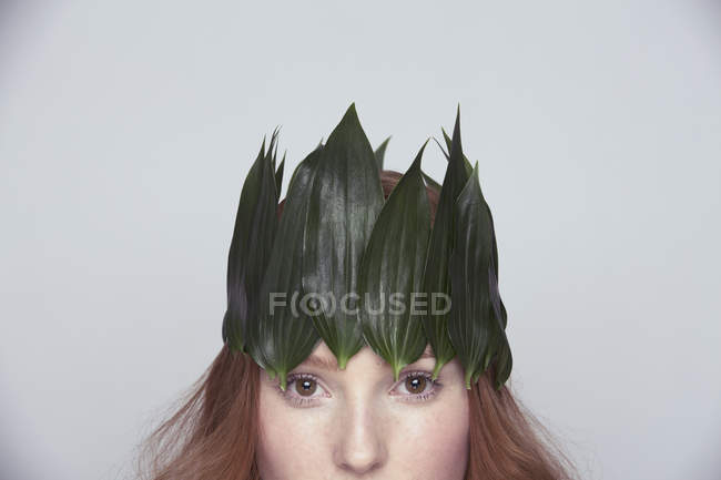 Junge Frau trägt Krone aus Blättern — Stockfoto