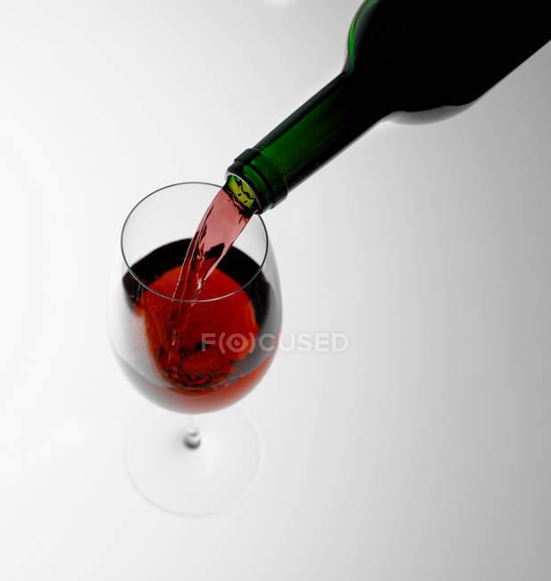 Розливу в стакан червоного вина — стокове фото