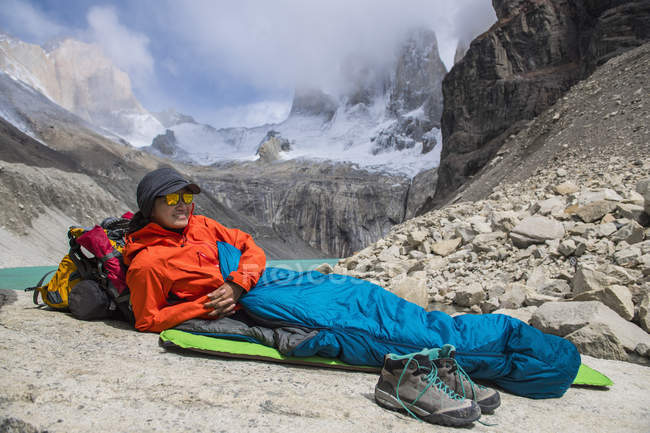 Female hiker camping out at Torres del Paine National Park, Patagonia, Chile — Stock Photo
