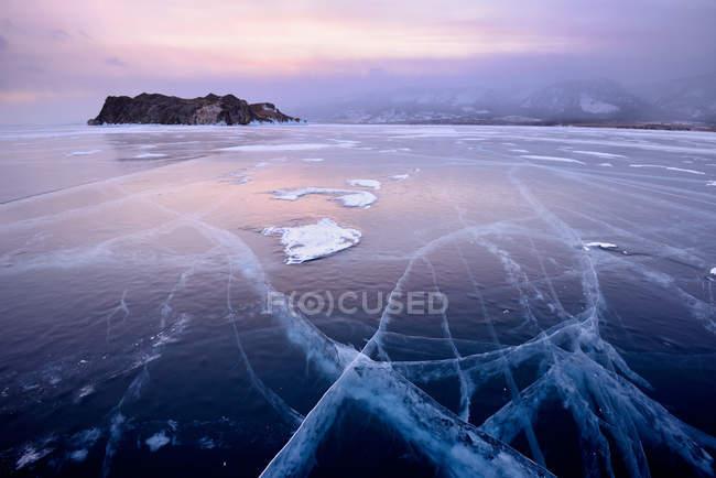 Vista dell'isola di Oltrek e del ghiaccio ghiacciato, lago Baikal, isola di Olkhon, Siberia, Russia — Foto stock