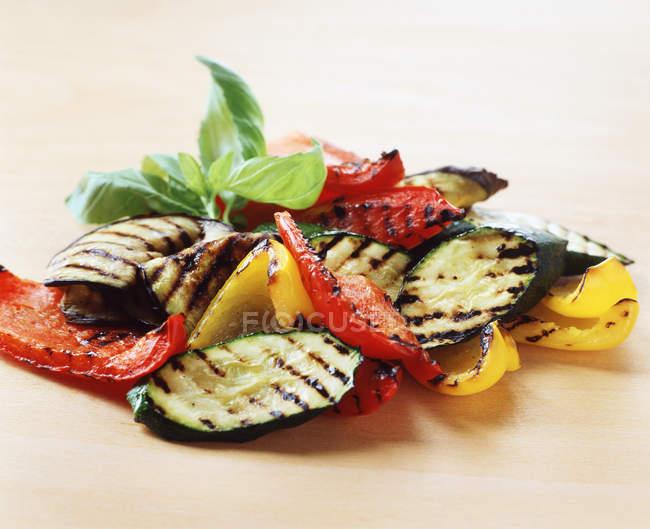 Їжу, приготовлену овочі, смажені кабачки, червоний перець, жовтий перець, листя базиліка — стокове фото