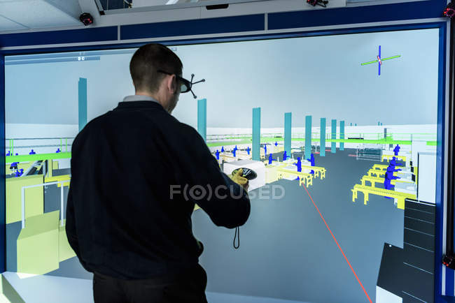 Ingenieur inspiziert Werkslayout in 3d in Virtual Reality Suite — Stockfoto