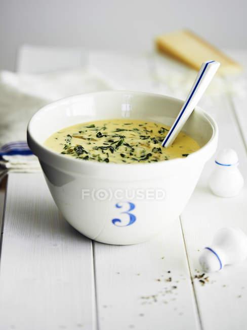Suppe mit Löffel in Schüssel mit Nummer drei — Stockfoto
