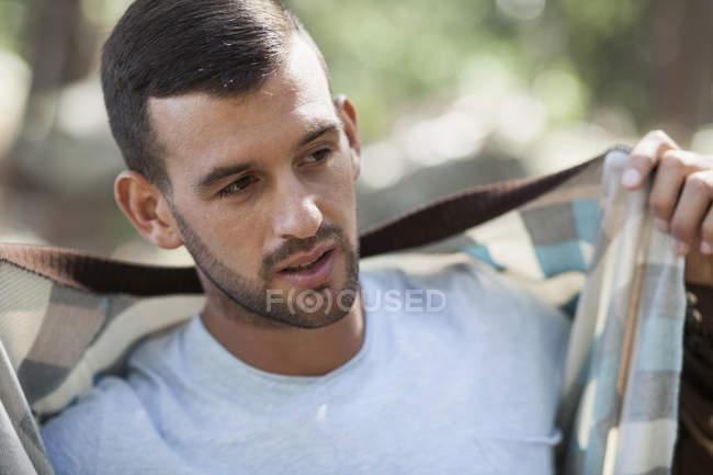 Porträt eines jungen Mannes, der eine Jacke anzieht — Stockfoto