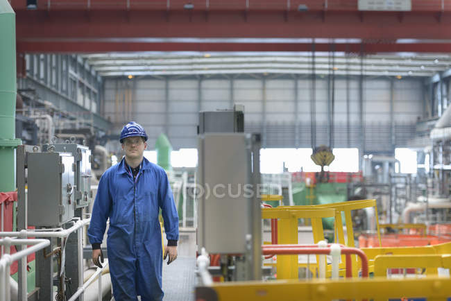 Engineer on walkway during power station outage — Stock Photo