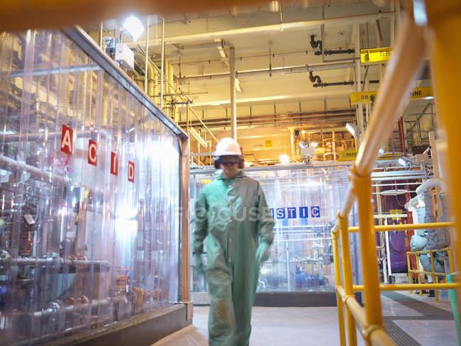 Ingénieur marche dans une centrale acide et caustique dans une centrale électrique — Photo de stock