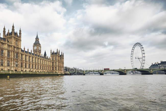 Vue du London Eye et les maisons du Parlement, Londres, Royaume-Uni — Photo de stock