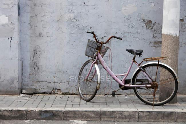 Vieux vélo garé sur le trottoir rue — Photo de stock