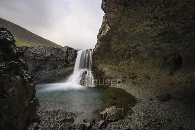 Долго воздействия выстрел течет водопад и пород — стоковое фото
