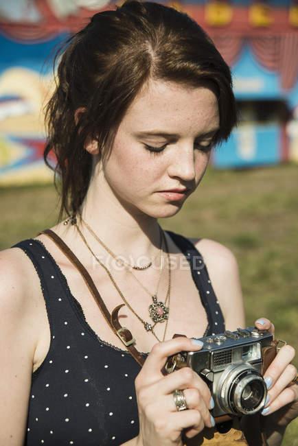 Jovem fotografando na câmera SLR na feira — Fotografia de Stock