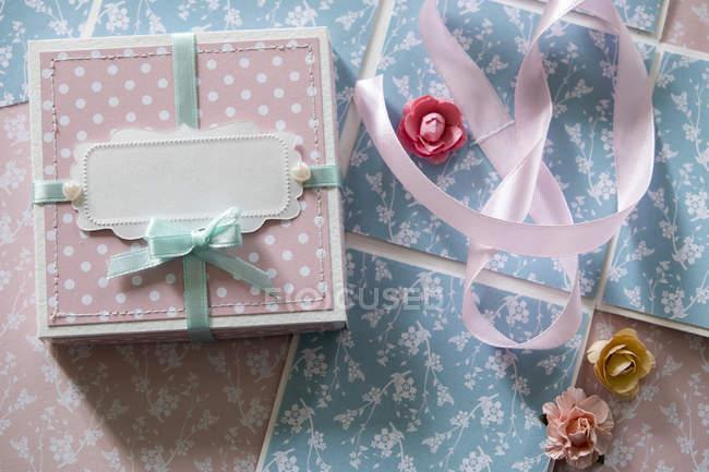 Draufsicht der Geschenk-Box, Farbband und Papier Blumen — Stockfoto