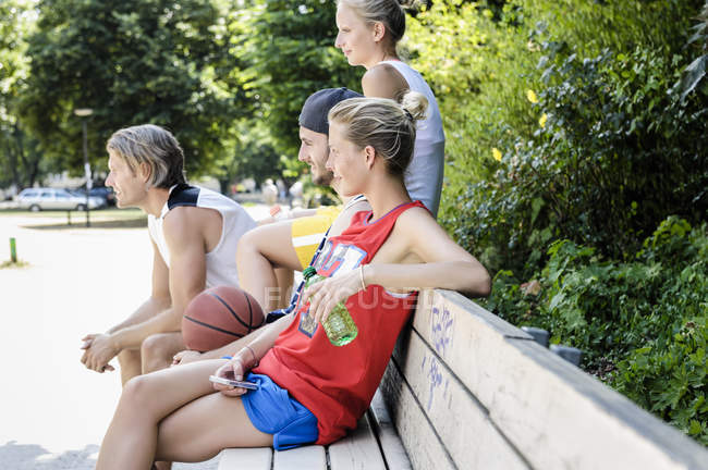Groupe d'amis de basket-ball faisant une pause dans le parc — Photo de stock