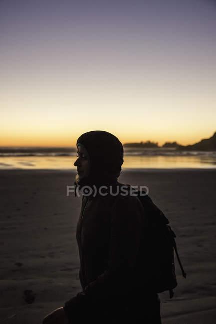 Жіночий турист на Тофіно, острів Ванкувер, Британська Колумбія, Канада — стокове фото